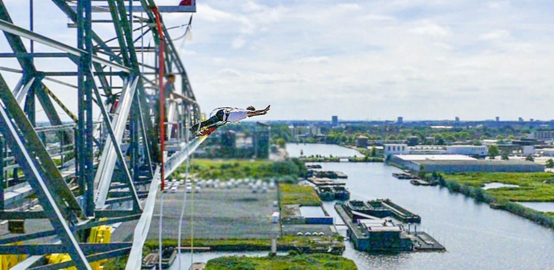 Bungeejumpen vanaf een hijskraan in Amsterdam