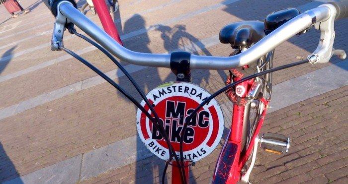 Fietsen door de stad Amsterdam