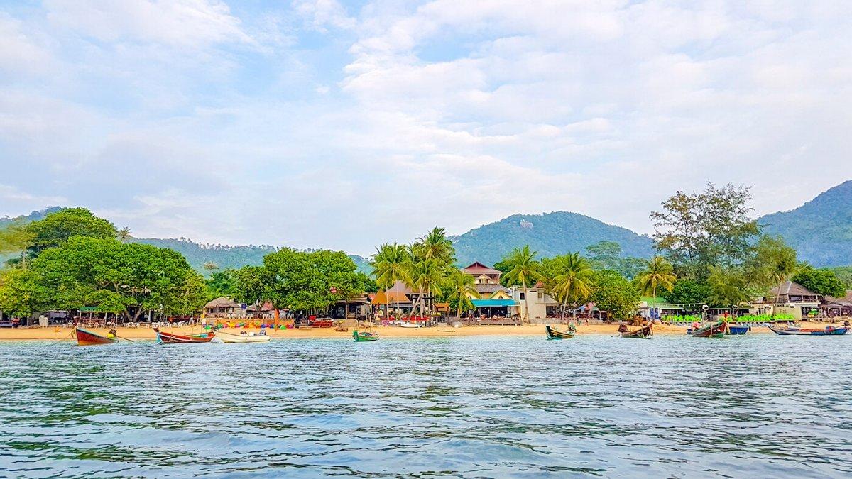 Het strand van Koh Tao waar je lekker aan het water kan lunchen en dineren