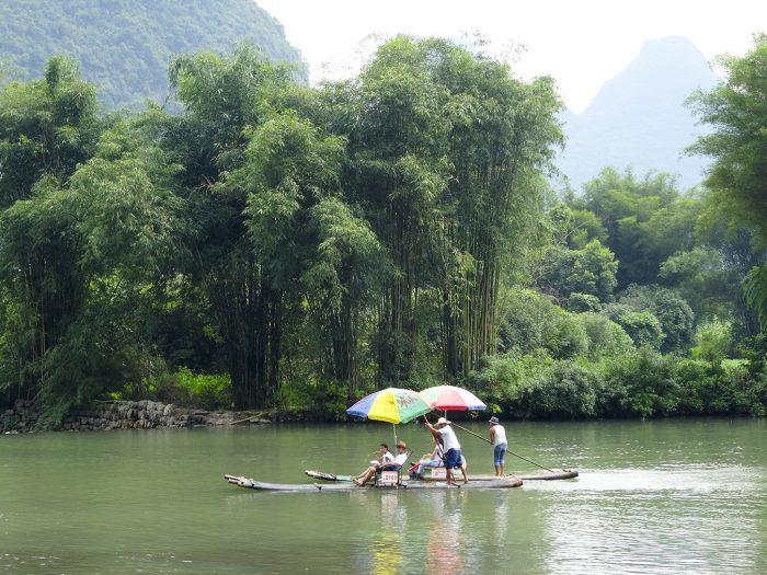 Bamboe raften op de Yulong rivier