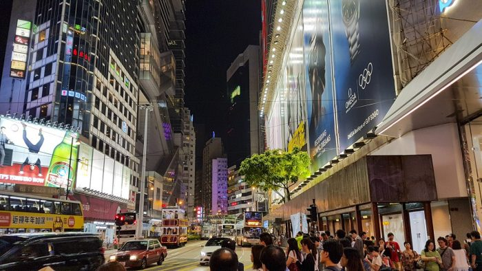 Het drukke Tsim Sha Tsui in Hongkong