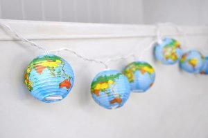 Feestlampjes met vintage wereldkaarten