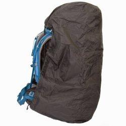 Regenhoes en flightbag in een