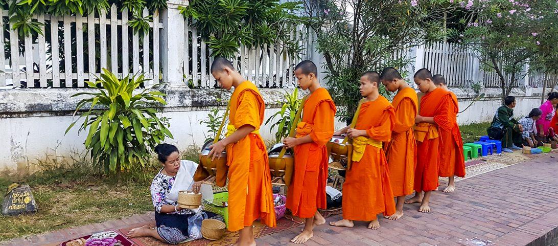 Wereldreis Blog 23 Reizen door Noord-Laos; Luang Prabang, clusterbommen en varen met de slow boat