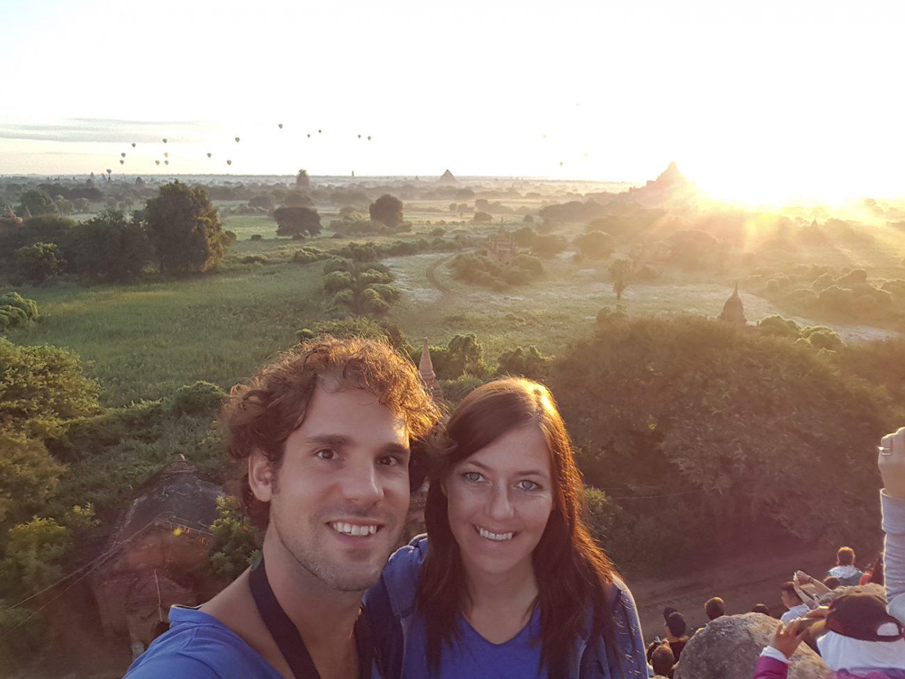 Samen met tientallen andere toeristen de zonsopkomst over de tempels van Bagan bekijken