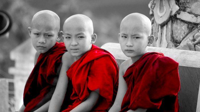 Wereldreis Blog 24 Een kennismaking met Myanmar gouden pagodes mannen in rokken en karaoke in de bus