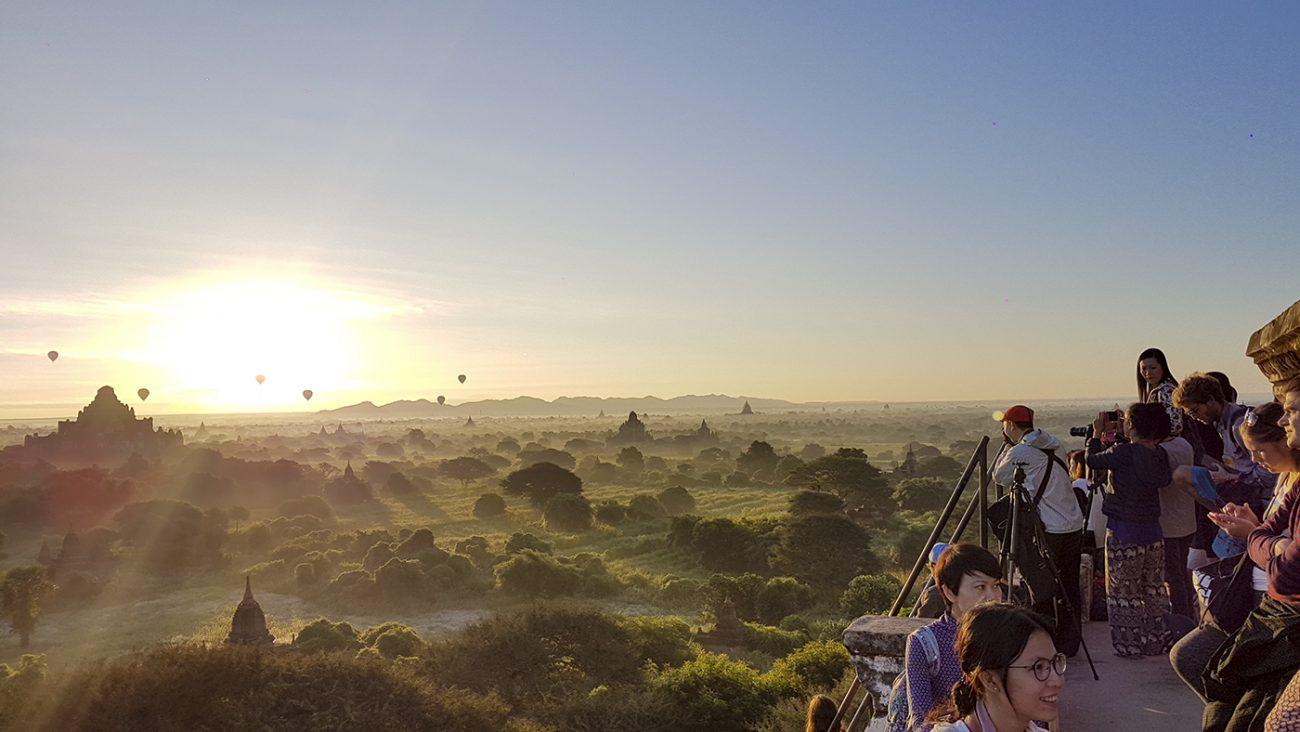 Zonsopkomst bij de Shwe San Daw pagode met de luchtballonnen op de achtergrond