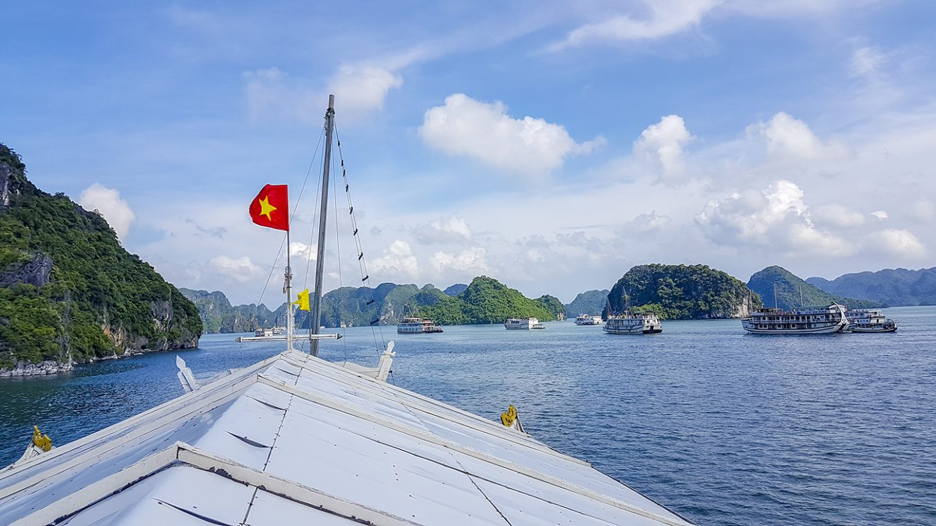 Een tour met een traditionele Vietnamese cruiseboot door Halong Bay in Vietnam