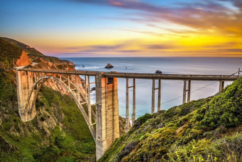 Bixby Bridge - Rocky Creek Bridge en de Pacific Coast Highway bij zondsondergang vlakbij Big Sur in Californie