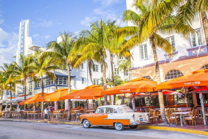 Een blik op Ocean Drive aan South Beach Miami in het historische Art Deco District met hotels restaurants en klassieke autos