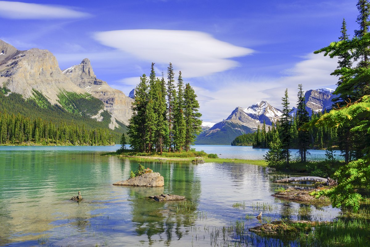 Maligne Lake in de Rocky Mountains is een van de bezienswaardigheden in West-Canada