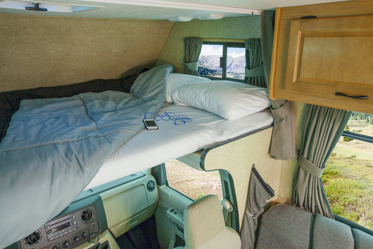 Tweepersoons cabover bed boven de bestuurderscabine in de camper