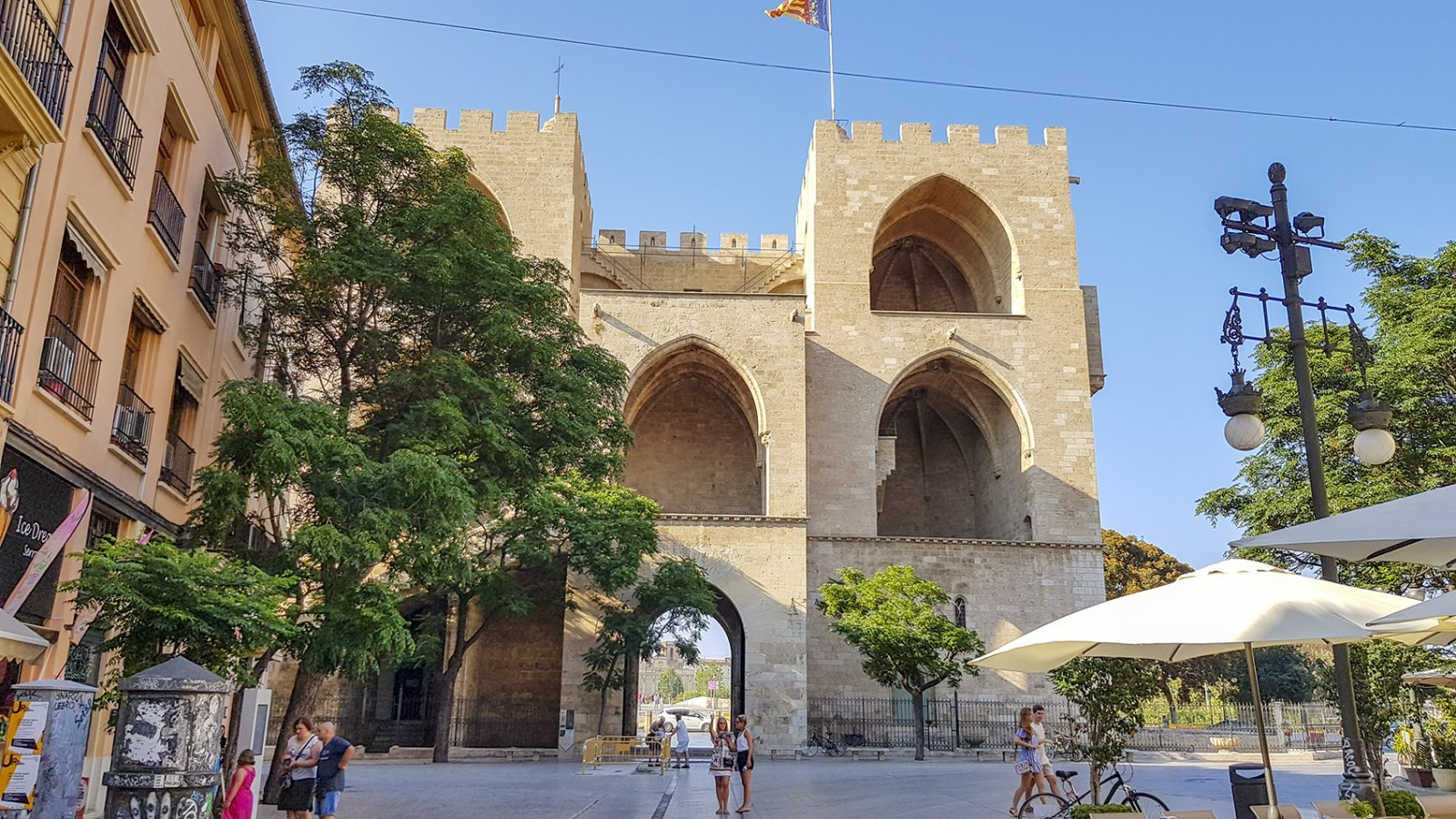 Beklim de stadpoorten Torres de Serranos voor een mooi uitzicht over Valencia