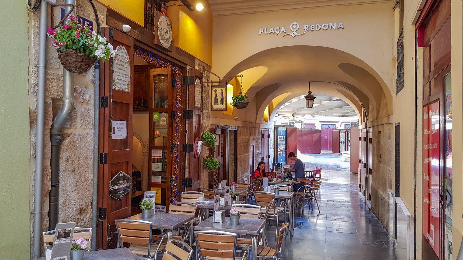 Straatje naar Plaza Redona in Valencia