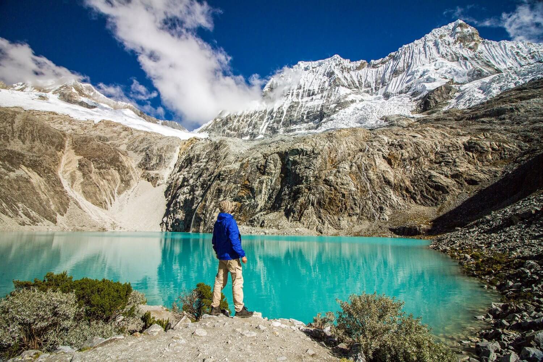 Huaraz in Peru - Laguna 69 met Chacraraju mountain op de achtergrond in Huascaran National Park