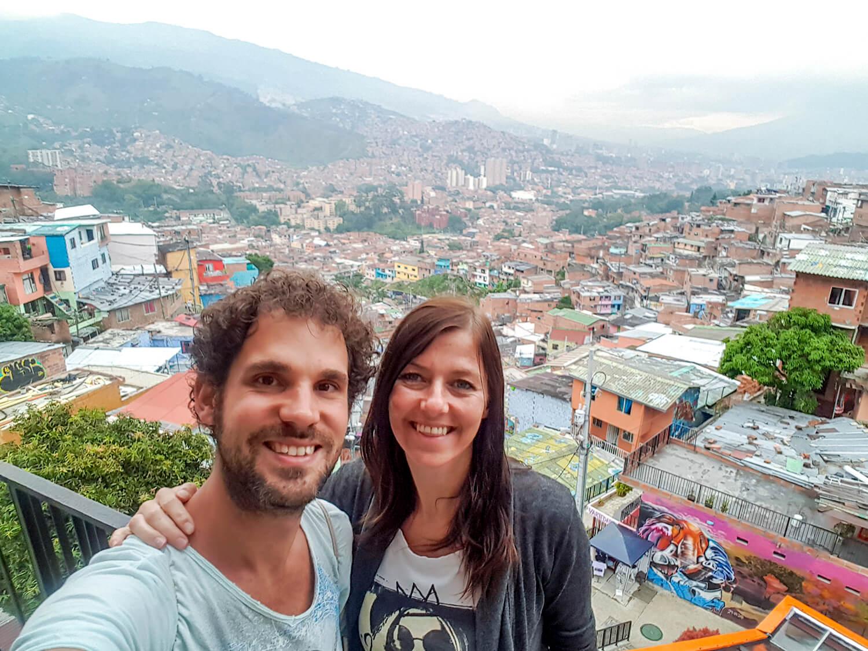 In Comuna 13 Medelling met overal mooie en indrukwekkende streetart met een verhaal